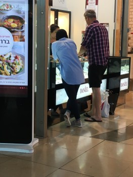 Dans un centre commercial