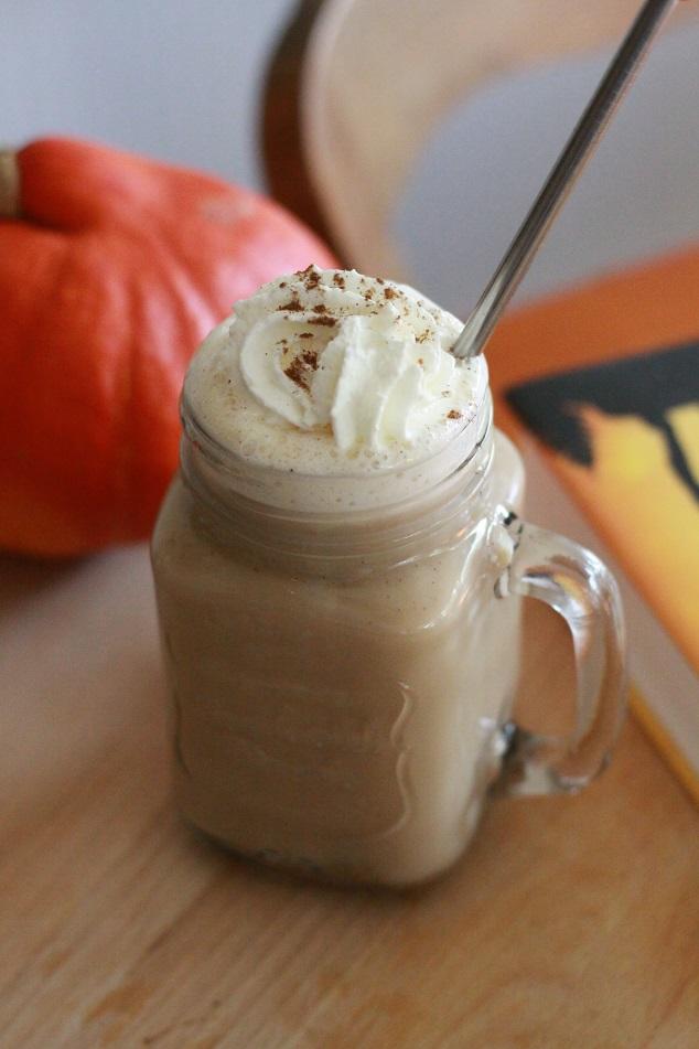 Ein Glas Pumpkin Spice Latte mit Edelstahltrohhalm und Sahne auf einem Tablett. Foto: geek's Antiques/Lilli
