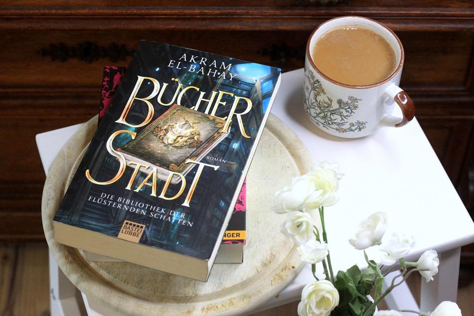 Das Buch Bücherstadt von Akram El-Bahay und eine Tasse Kaffee. Foto: Lilli/geek's Antiques