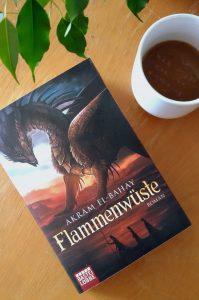 """Das Buch """"Flammenwüste"""" von Akram El-Bahay. Foto: Lilli/geek's Antiques"""