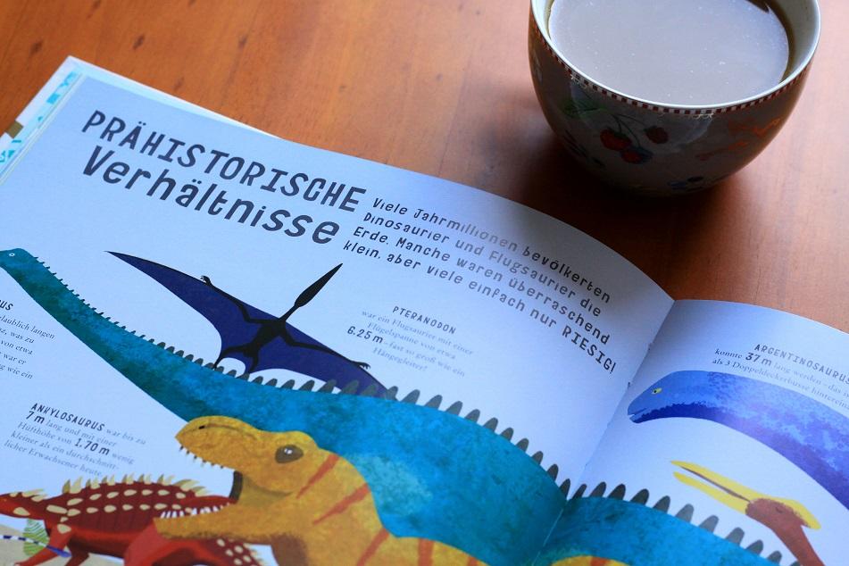 Im Kapitel prähistorische Verhältnisse werden Dinosaurier im Vergleich zu Menschen und Maschinen gezeigt. Foto: Lilli/geek's Antiques