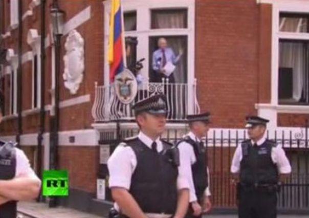 assange-ecuador-embassy-balcony