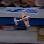 Alucinante demostración con un avión a control remoto danzando al compás de música clásica