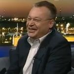 Stephen Elop arroja un iphone al piso y dice vergonzoso refiriéndose al terminal de Apple