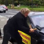 Después de 5 años de frustración por los defectos de su BMW, trata de destruirlo en señal de protesta #Video
