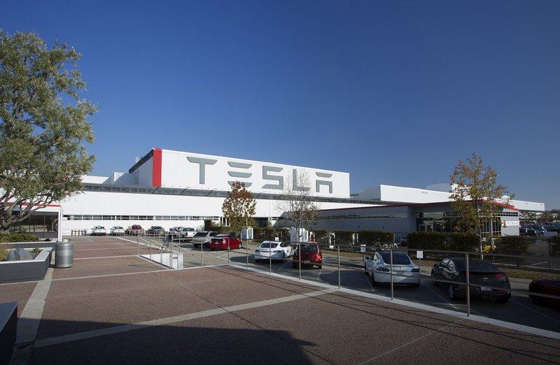 Tesla anuncia un nuevo cargador robótico tipo serpiente  [Humor]