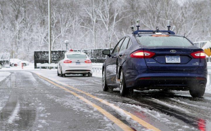 ford-vehiculo-autonomo-pruebas-en-la-nieve-azul-blanco