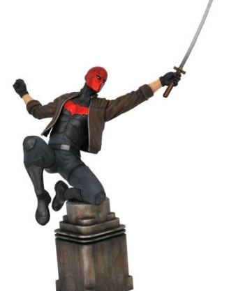 d_diamnov192327 DC Comic Gallery PVC Szobor - Red Hood 23 cm