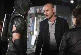"""Arrow -- """"Schism"""" -- Image AR423b_0303b.jpg -- Pictured (L-R): Stephen Amell as Green Arrow, Paul Blackthorne as Detective Quentin Lance and Audrey Marie Anderson as Lyla Michaels -- Photo: Bettina Strauss/The CW -- © 2016 The CW Network, LLC. All Rights Reserved."""