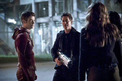 "The Flash -- ""The Race of His Life"" -- Image: FLA223b_0055b.jpg -- Pictured (L-R): Grant Gustin as Barry Allen and Tom Cavanagh as Harrison Wells -- Photo: Katie Yu/The CW -- © 2016 The CW Network, LLC. All rights reserved."