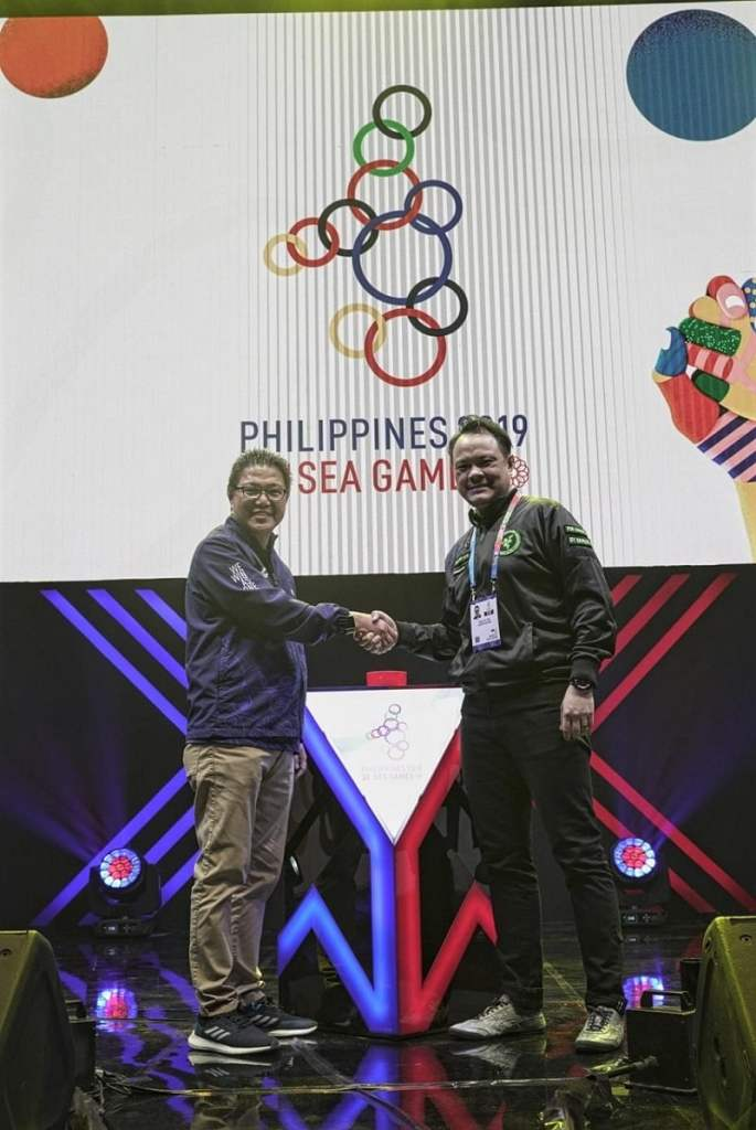 COO of PHISGOC, Ramon Suzara presents a certificate of recognition to David Tse, Global Esports Director at Razer