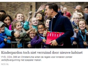 premier Rutte die naar buiten komt en lacht terwijl er kinderen staan te kijken die wachten op een verblijfsvergunning.