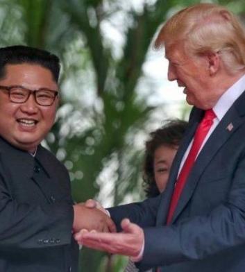 Ολοκληρώθηκε η συνάντηση και το γεύμα εργασίας που είχε ο αμερικανός  πρόεδρος Ντοναλντ Τραμπ με τον βορειοκορεάτη ηγέτη Κιμ Γιονγκ Ούν. Αυτή τη  στιγμή οι ... 20750a7ec92