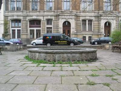 Brunnen und Rathaus
