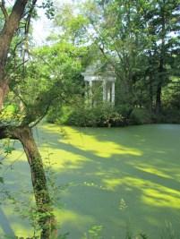Tempel und Teich im Park