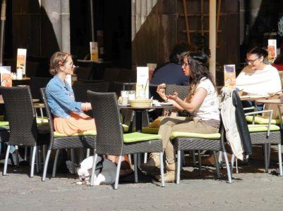 Frühstückerinnen am Markt (vorm Spizz)