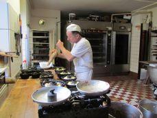 Lutz Sperling drückt Teig in Kuchenformen