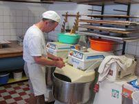 Bäckermeister Sperling bereitet Kuchenteig vor
