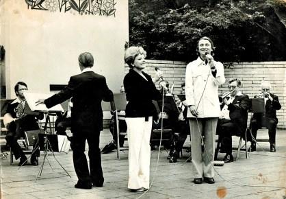 Gerdi Brückmann auf einer Freilichtbühne