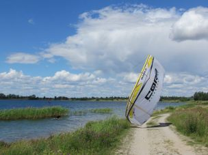 Kite-Surfer kommt an Land