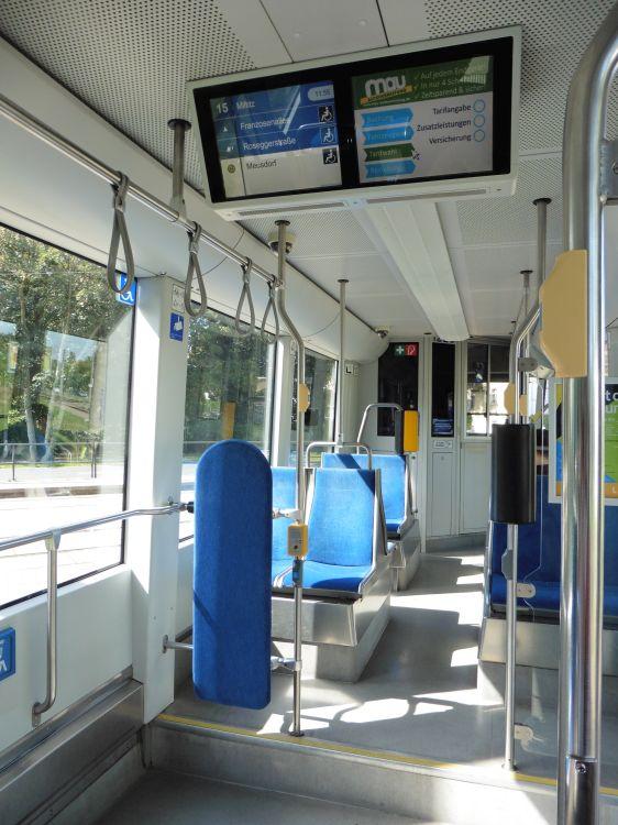 In einer der moderneren Straßenbahnen