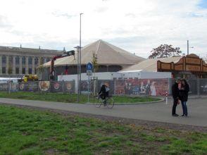 Im November und Dezember: Spiegelzelt vor der Stadtbibliothek