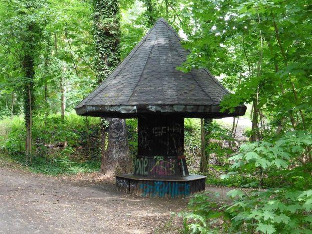 Unterstellpilz am Eingang zum Wildpark