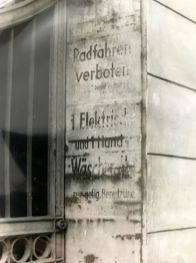 Wäscherolle-Hinweis an Schramms Hof (Foto: Norbert Lotz)