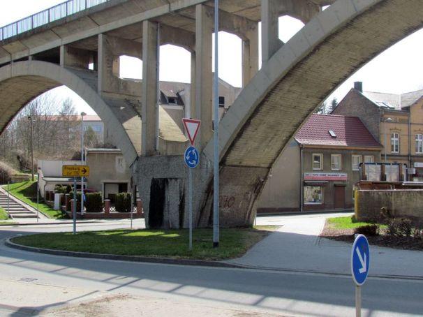 Brücke am Kreisverkehr in Mücheln