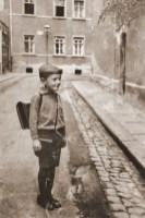 Rolf B. 1932 vor der Reinhartstraße 8 (Abb. wortblende)