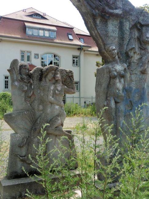 Eine Doppelgruppe steinerner Frauen