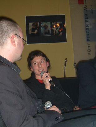 Juli Zeh während der Leipziger Buchmesse 2004 im Gespräch mit Volly Tanner