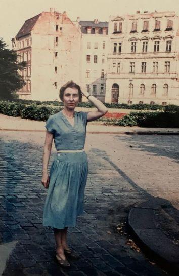 Pia Kiehle in den 1950ern vor der Lampestraße 2
