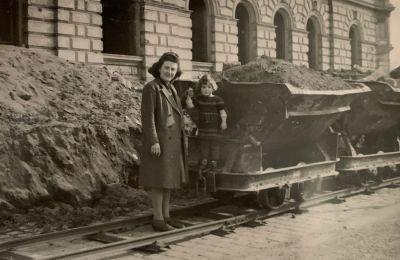 Lisa Burkhardt, geb. Kiehle, mit Tochter Gisela im April 1948