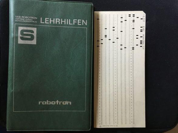 Schulungsmaterial von Robotron (Foto: PH)