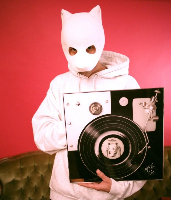 Rapper Cro mit dem signierten Kunstwerk
