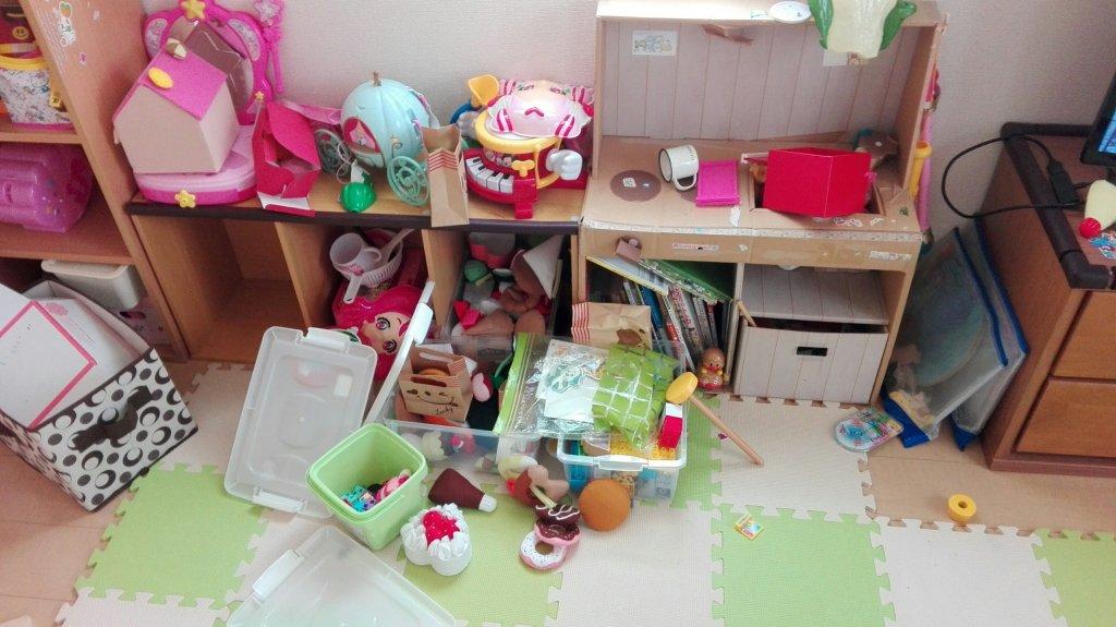 子どものオモチャで散らかった部屋
