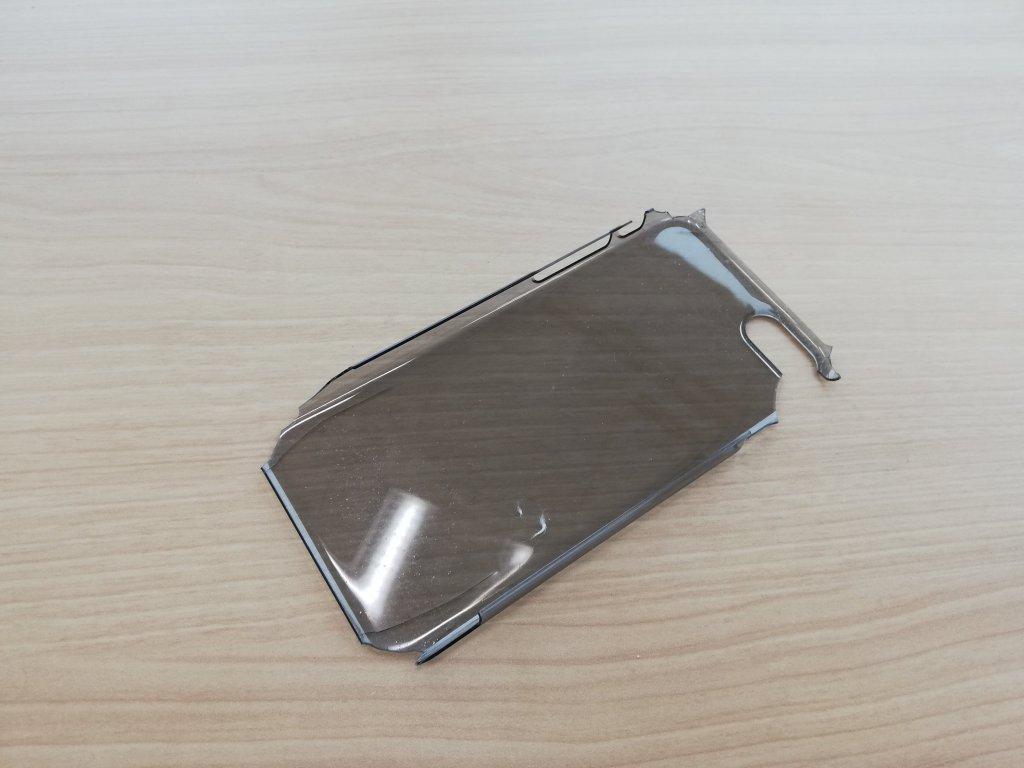 バキバキにに割れたiPhoneケース