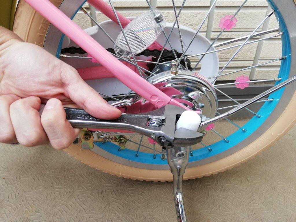 マイメロ自転車補助輪のキャップを外す