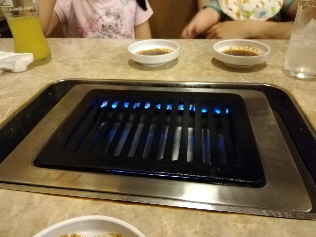 火がついた焼肉コンロ