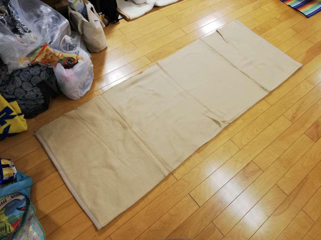 鹿骨区民館から支給された毛布を広げてみた