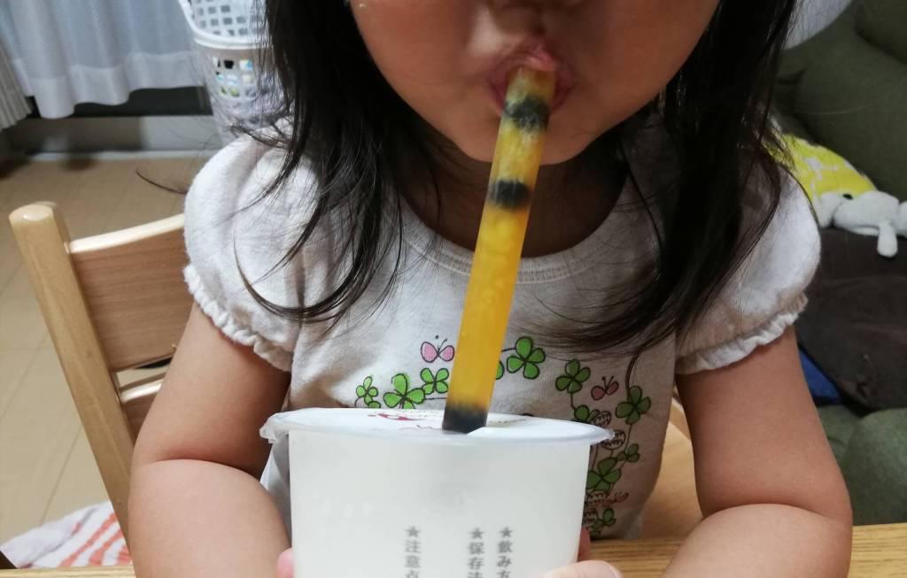 福茶一丁のタピオカマンゴーミルクを飲む