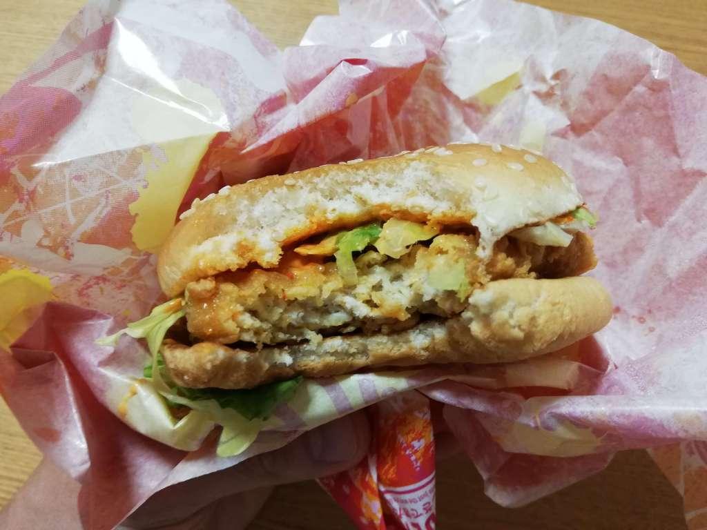 マクドナルドの新メニュー「スパイシーチキンバーガー」を一口食べてみた