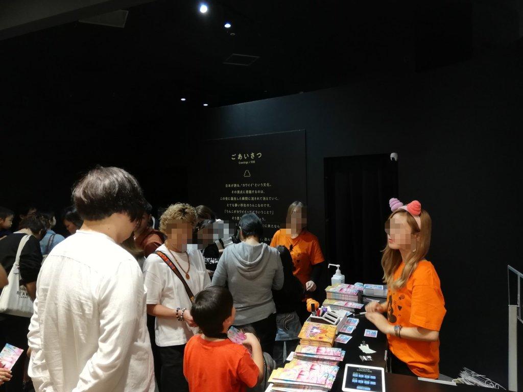うんこミュージアムのエントランスで並ぶ人たち