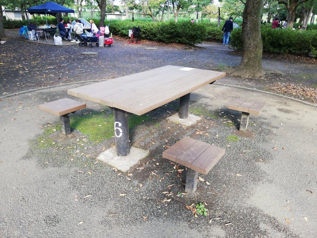 江戸川区篠崎公園のバーベキュー広場のテーブルとベンチ
