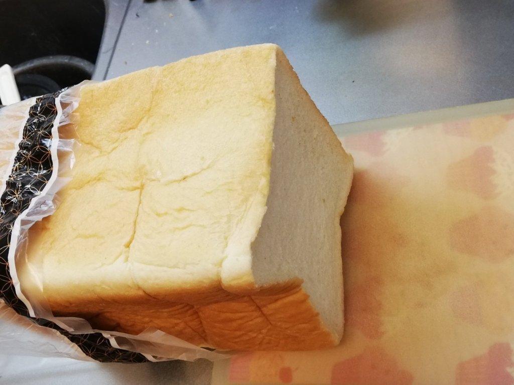 神戸屋の食パン「絹」を切る