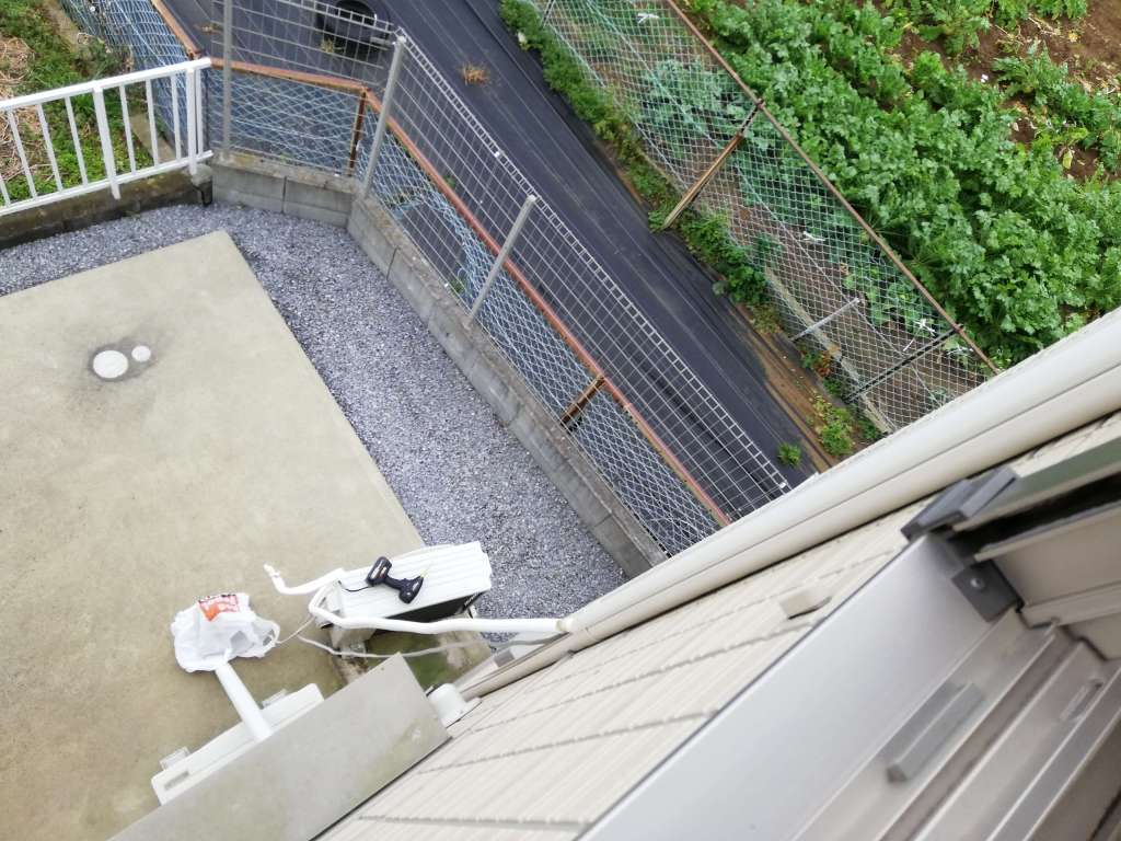 2階から1階に伸びるエアコンのケーブル