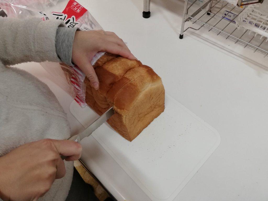 業務スーパーの天然酵母食パンをパン切り包丁で切る