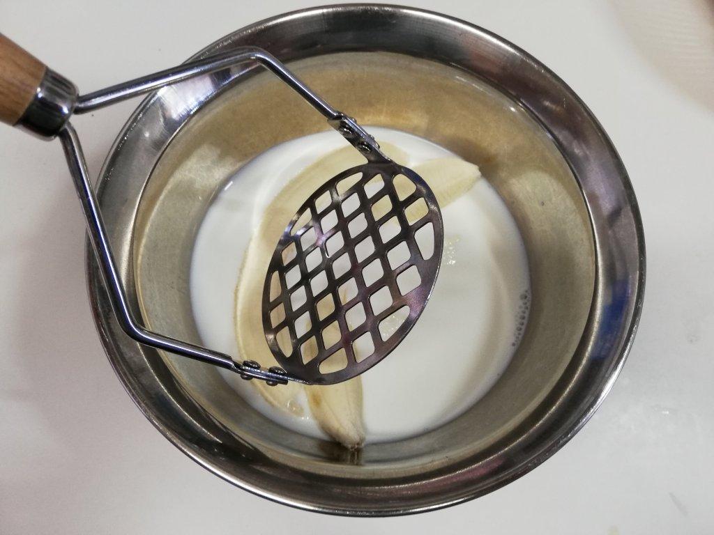 バナナと牛乳でバナナミルクを作る