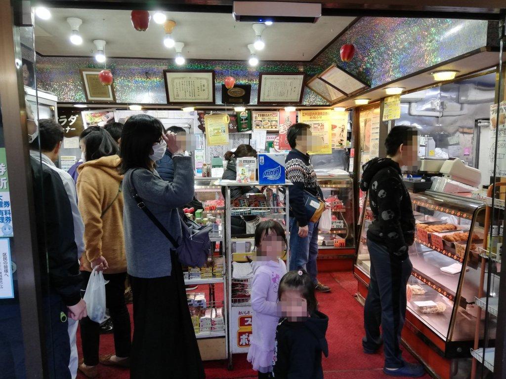 飯塚精肉店の精肉・総菜コーナーの行列